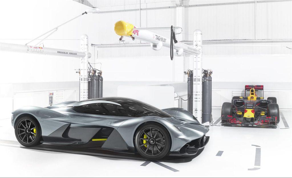 Fruto de um desenvolvimento conjunto entre a Aston Martin e a Red Bull Advanced Technologies, o AM-RB 001 carrega para as ruas diversas tecnologias das pistas. Fonte: Divulgação.