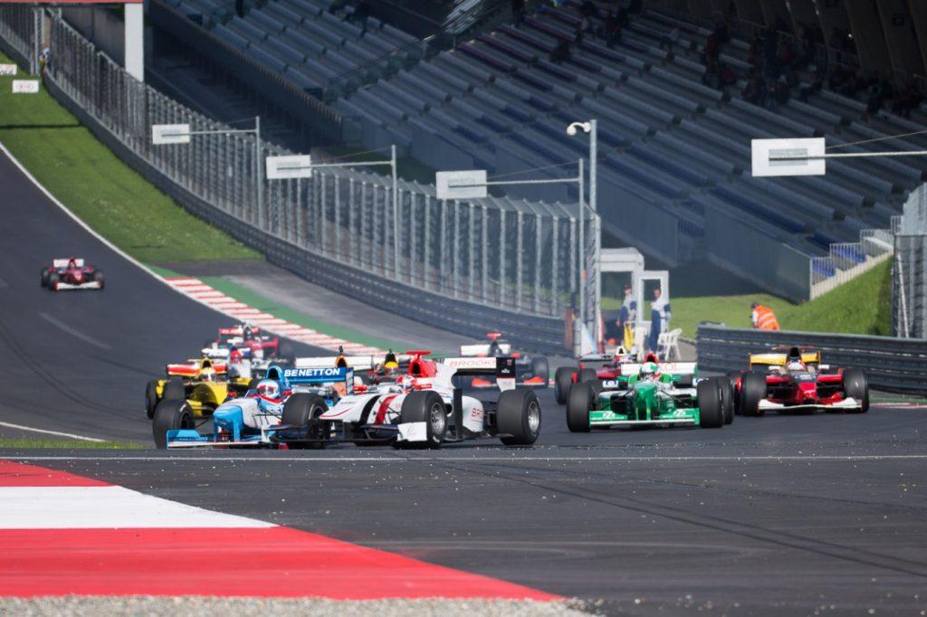 O grid da BOSS GP é bem variado com carros como Dallara GP2/11 (branco), Benetton B197 (azul e branco), Forti FG03 (verde). Fonte: Divulgação BOSS GP.