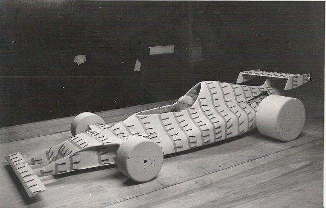 Modelo em teste no túnel de vento. Fonte: Flavio Gomes [8]