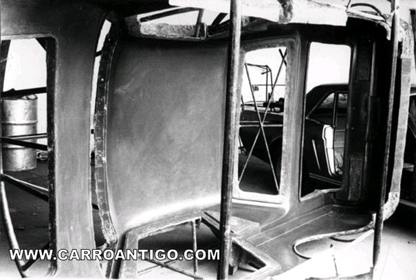 Uma rara foto do molde utilizado para fabricar a carroceria do Onça.