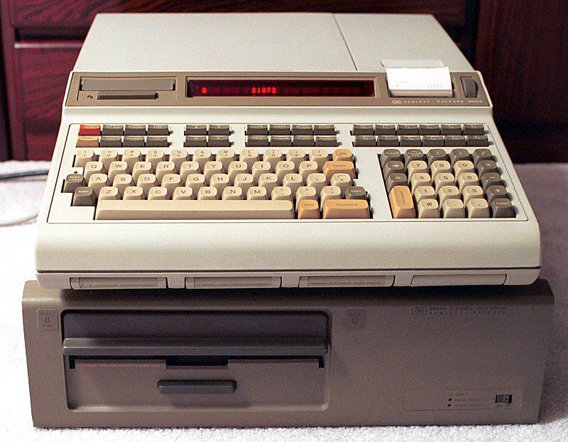 Usado para realizar os cálculos durante o projeto do FD-01, o computador HP9825 tinha memória RAM equivalente a um sexto da de um Mega Drive! Fonte: HP Museum [4]