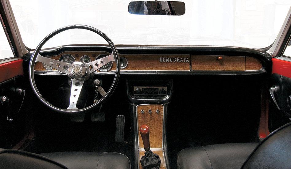O interior era luxuoso, contando com bancos dianteiros individuais e reclináveis, assoalho acarpetado, rádio AM e revestimento do painel e console em jacarandá. Fonte: Quatro Rodas [3].