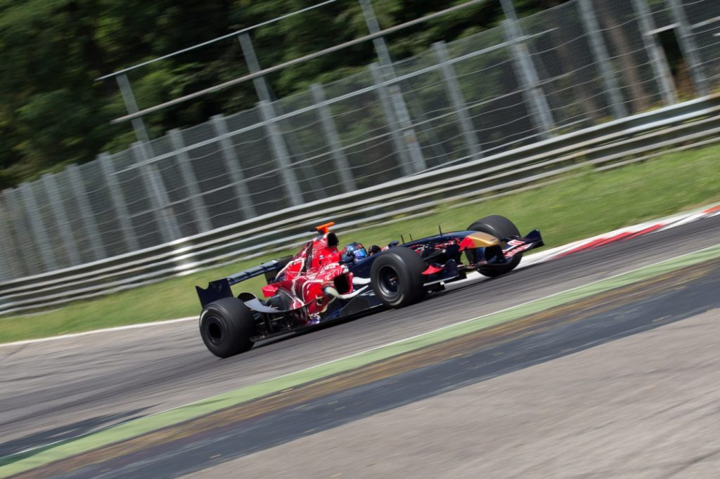 Ingo Gerstl correndo para a vitória na primeira bateria em Monza. Fonte: Divulgação BOSS GP.