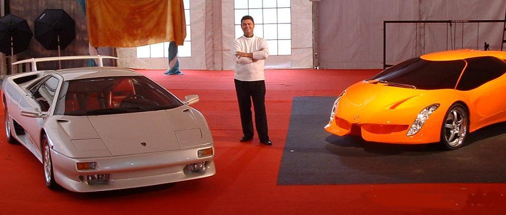 Jorge Antonio Garcia ao lado de um Lamborghini Diablo de protótipo do Alar. Fonte: Divulgação.