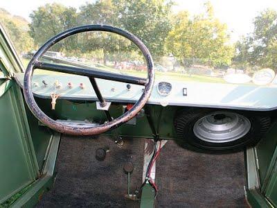 Apesar de contar com uma mecânica que pode ser considerada até refinada, o interior do KV Mini é totalmente espartano. Fonte: Automobile Magazine [6].