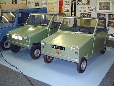 Dois modelos Mini 1. À direita um modelo ano 1973 e a esquerda um fabricado em 1982, já com a marca KVS. Fonte: Microcar Museum [3].