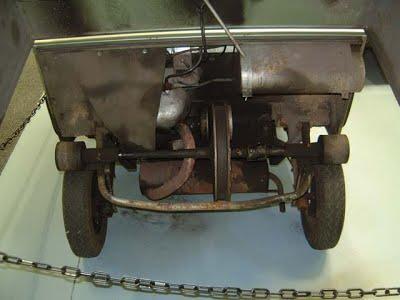 O unusual trem de força do KV Mini combinava um um motor que podia girar em ambos os sentidos a uma transmissão CVT por correia com transmissão do movimento por contato direto. Fonte: Microcar Museum [4].
