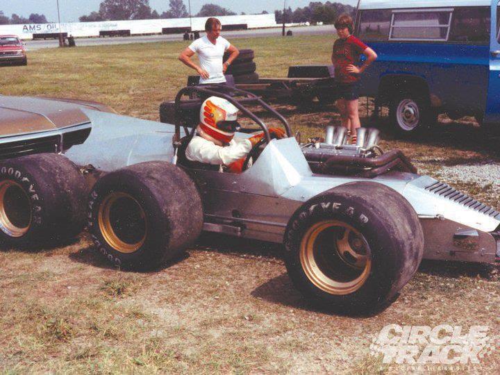 Richmond testando a máquina de Ken Reece. Fonte: Jake's Site [1].