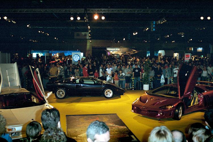 Lamborghini Coatl em um salão do automóvel junto a um Countach e um Diablo. Fonte: LamboCARS [2].