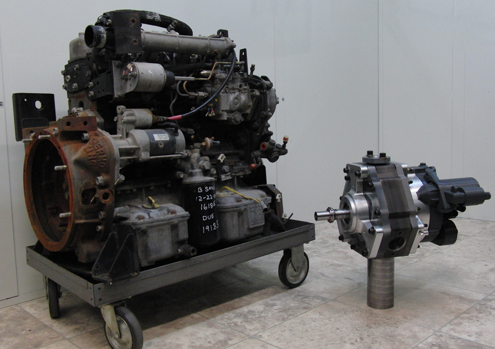 Motor Diesel de 35 HP ao lado do protótipo do X-Mini com potência de 40 HP. Fonte: LiquidPiston [3].