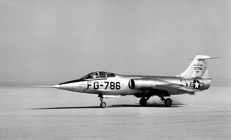 É fácil perceber que a inspiração para o Caçador de Estrelas veio do caça Lockheed XF-104 Star FIghter, principalmente pela posição avançada do piloto. Fonte: Wikipedia [2].