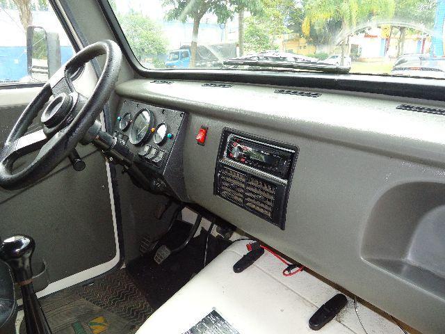O interior é realmente bem espartano, contando apenas com o básico para motorista e passageiros. Fonte: Arquivo pessoal.