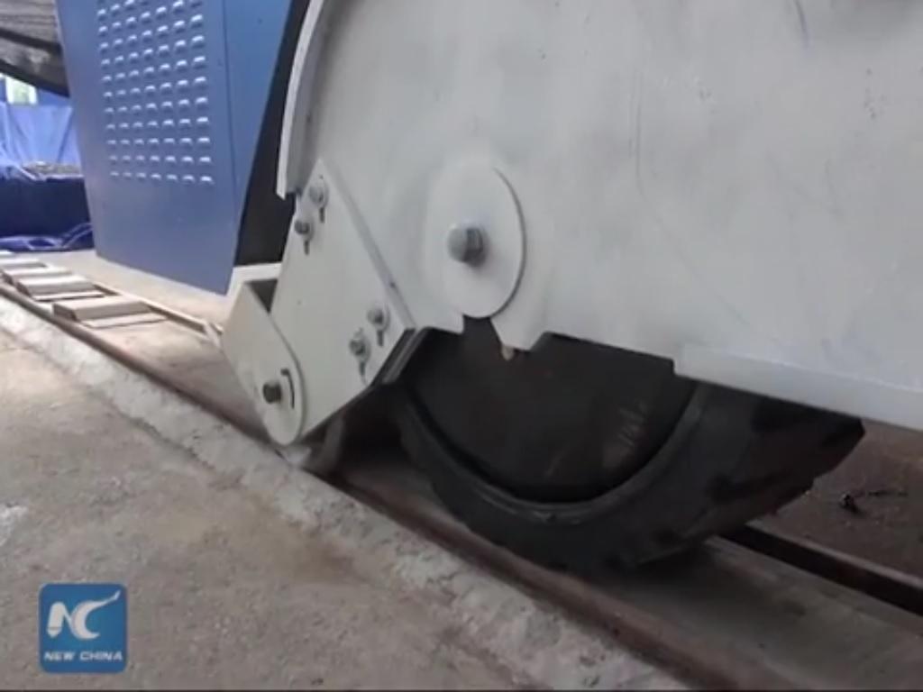 Apesar de se apoiar em pneus de borracha, o TEB conta com o que parecem ser rodas guias que rodam em sulcos no asfalto, provavelmente para garantir que o veículo mantenha a trajetória perfeitamente linear, evitando esbarrões nos automóveis que estejam transitando sob o ônibus.
