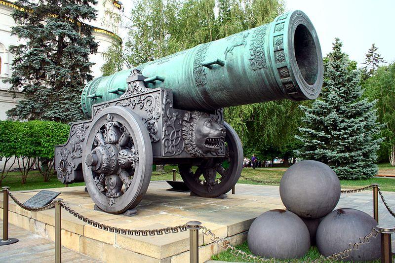 Tsar Pushka na frente Kremlin. Fonte: Wikipedia [1].