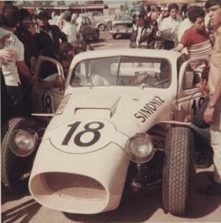 A #18 ainda nos estágios iniciais de seu desenvolvimento, com pneus radiais. Fonte: Blogsport F1 [2].