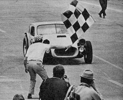 Bandeirada das históricas Mil Milhas de 1966. Fonte: Arquivo pessoal.