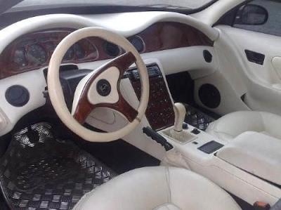 O interior apresenta um design interessante e nível superior ao de modelos nacionais da época, porém ainda inferior em qualidade ao daqueles que seriam seus concorrentes.