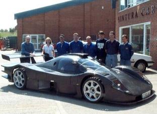 A silhueta do Sintura S99 é uma mistura de influências de carros do Grupo C2 e dos GT1. Fonte: GTPlanet [2].
